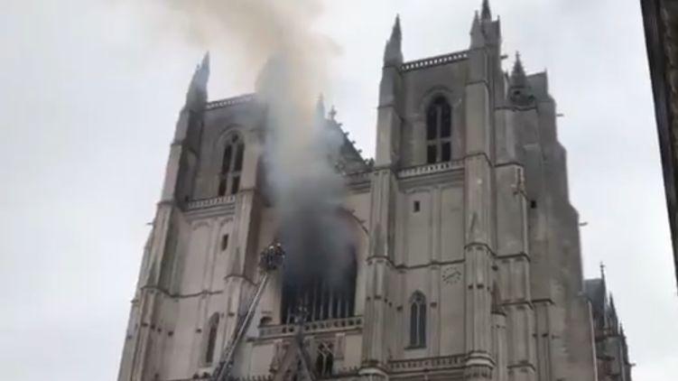 Горит святыня! Во Франции загорелся построенный почти 600 лет назад собор Святых Петра и Павла