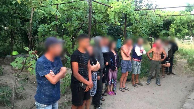 «13 рабов»: Мужчина в Херсонской области незаконно удерживал работников