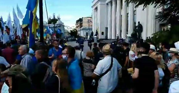Приехали пожарные! Под Верховной Радой в центре Киева проходит протест из-за закона о языке