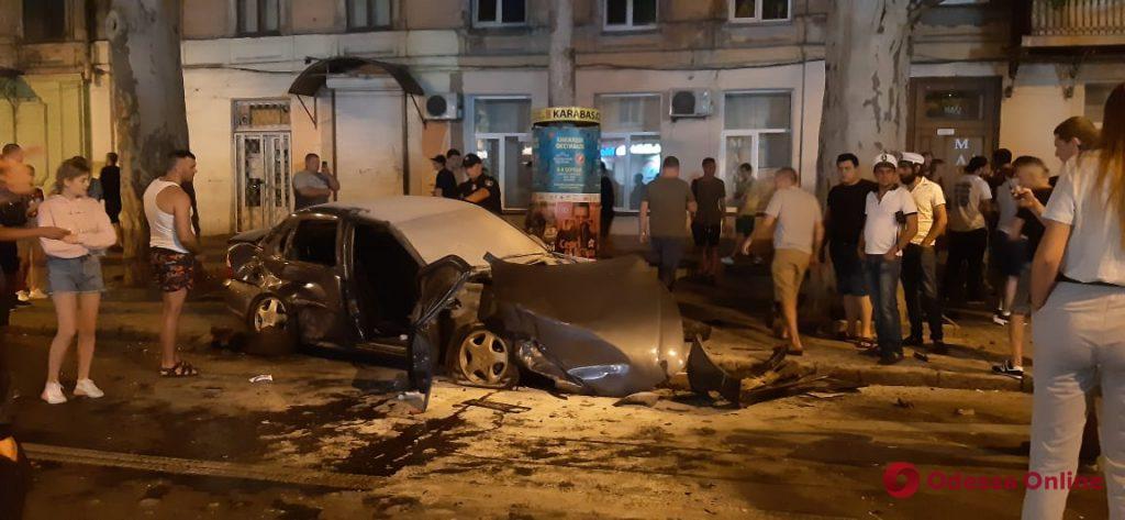 Обломки разбросало на перекрестке и тротуарах. Сразу четыре авто попали в жуткое ДТП: помогали десятки прохожих