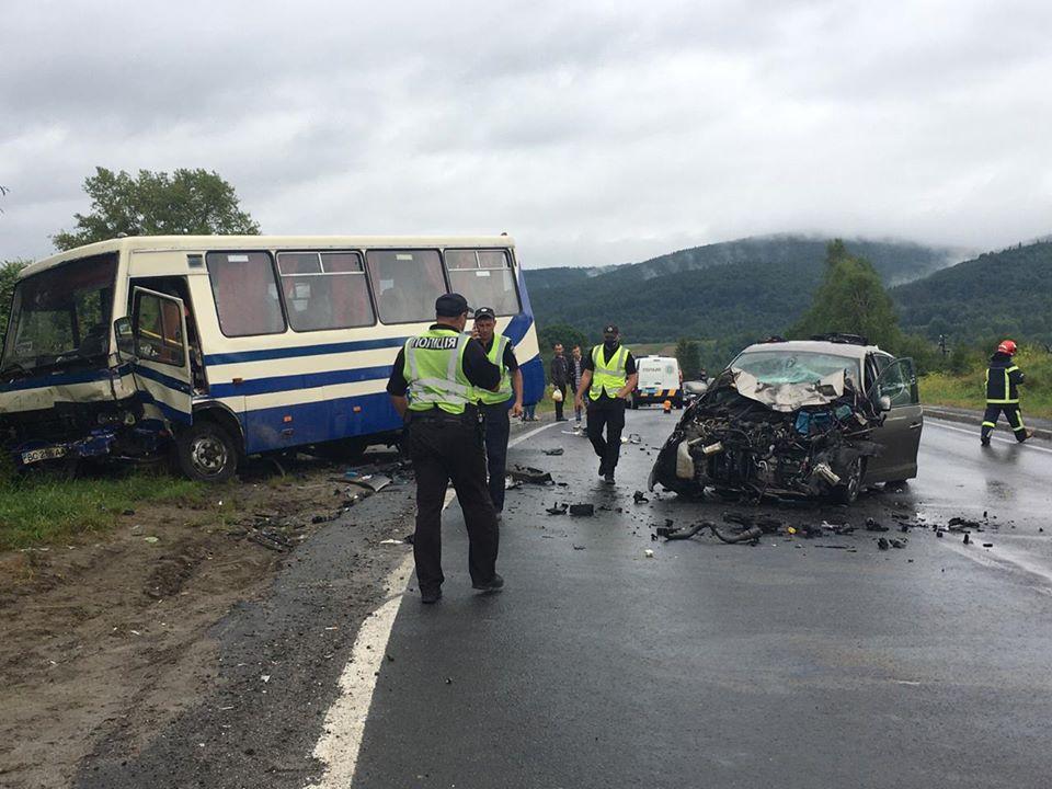 «Выехал на встречную полосу и влетел под автобус»: Жуткая смертельная авария на Львовщине. Груда металла