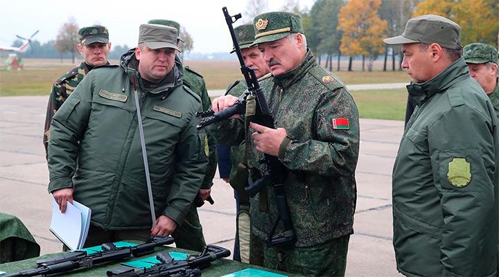 Взял всё в свои руки. В Минск стягиваются колонны техники: происхождение неизвестно. Лукашенко готовится