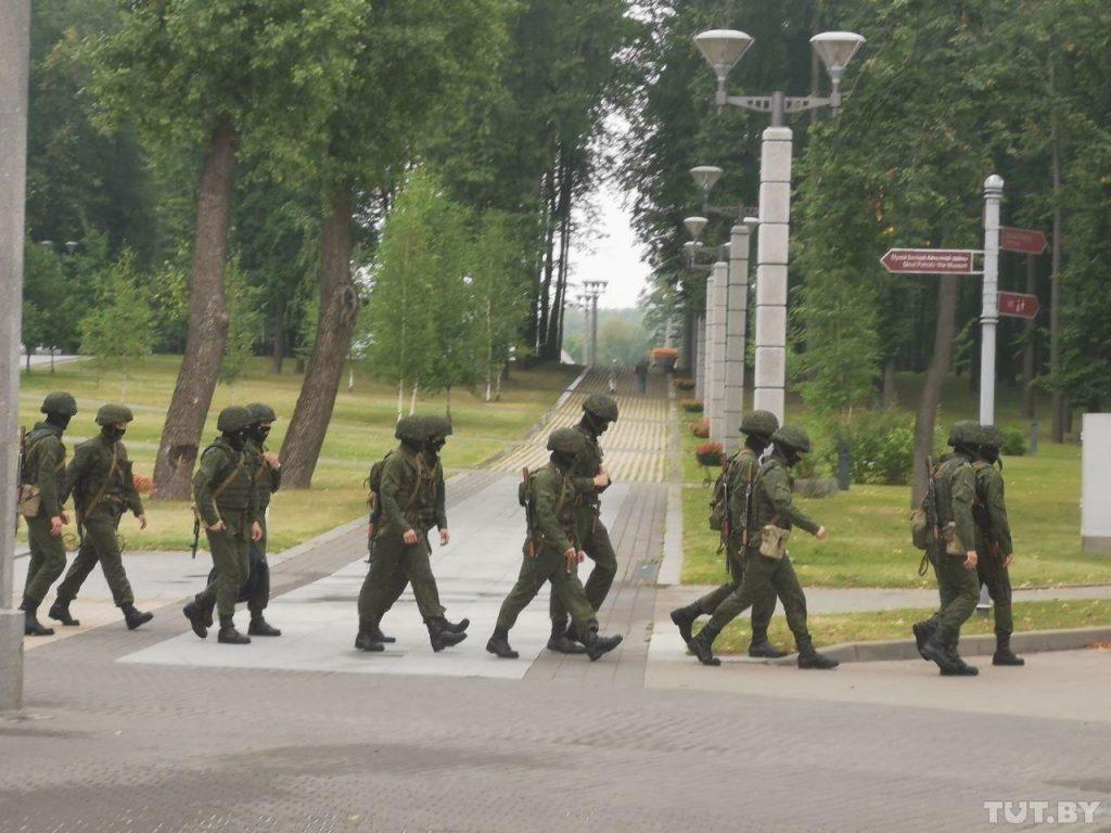 Минск превращается в крепость. Станции метро закрыты, военные в городе — Лукашенко решился на это