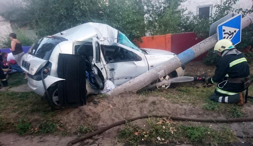 Жуткое ДТП на Днепропетровщине. Снес электроопору, пострадали дети
