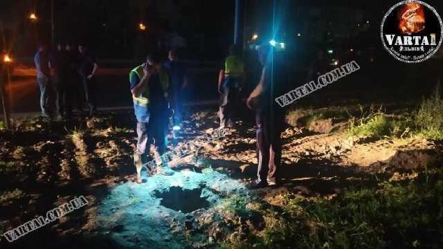 «Посреди улицы»: Во Львове парень и девушка провалились в канализационный люк. «Пролетели три метра»