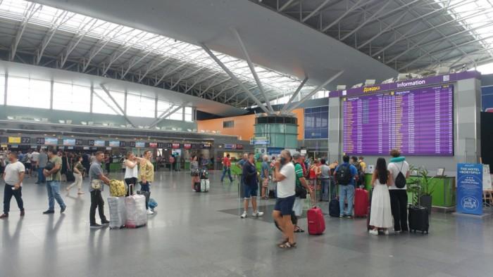 Отказались пускать. Почти полсотни украинцев застряли в аэропорту: страна внезапно изменила правила