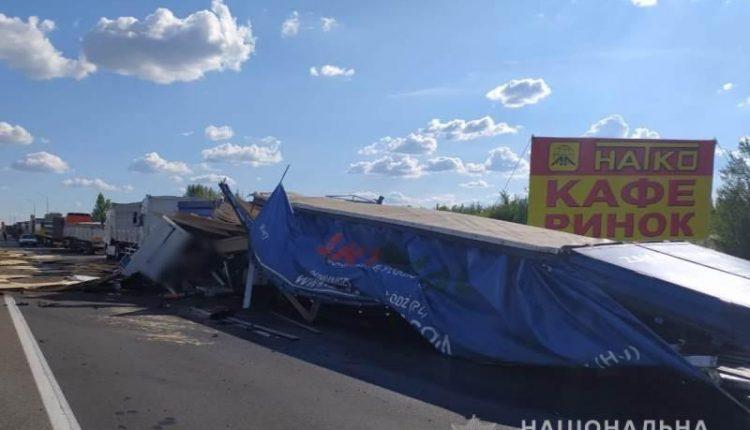 Страшное ДТП в Одесской области. Обломки транспорта по всей дороге: есть погибшие. Въехал на скорости