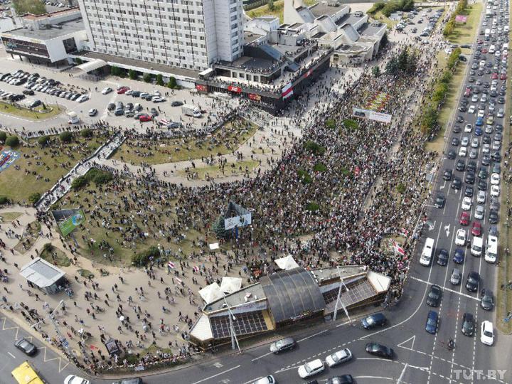 Тысячи людей на Пушкинской. Минск пришел на прощание с героем: цветы и свечи повсюду