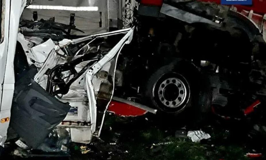 «Ад на дороге»: Масштабная смертельная авария под Киевом — обломки по всей дороге и заблокировано движение