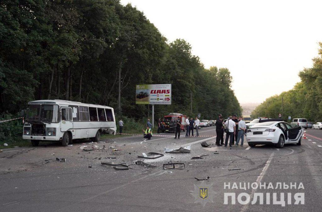 Обломки разбросало по дороге. Пассажирский автобус попал в жуткое ДТП: почти десяток человек в больнице