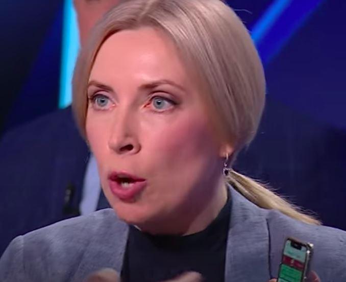 «Кто же так вешает?»: Такого не делал никто — Верещук шокировала украинцев выходкой. «Позор на всю столицу!»