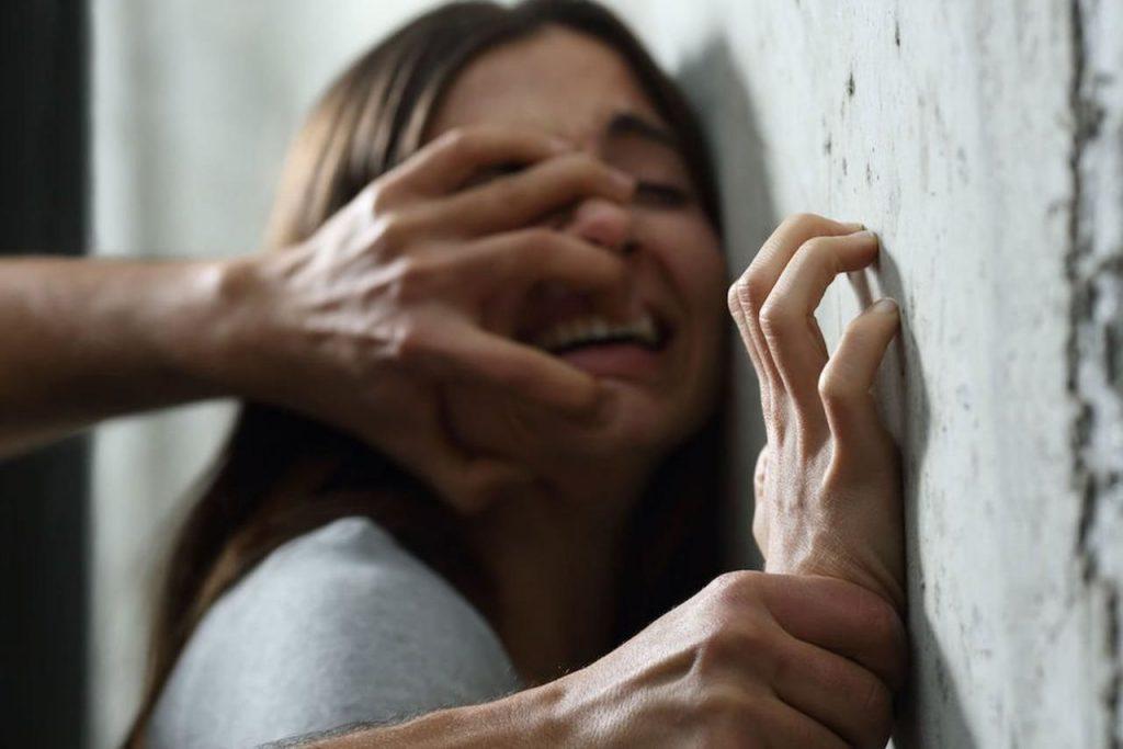 Втерся в доверие и изнасиловал. Поступок полицейского всколыхнул страну: ему «светит» 12 лет. Страна гудит