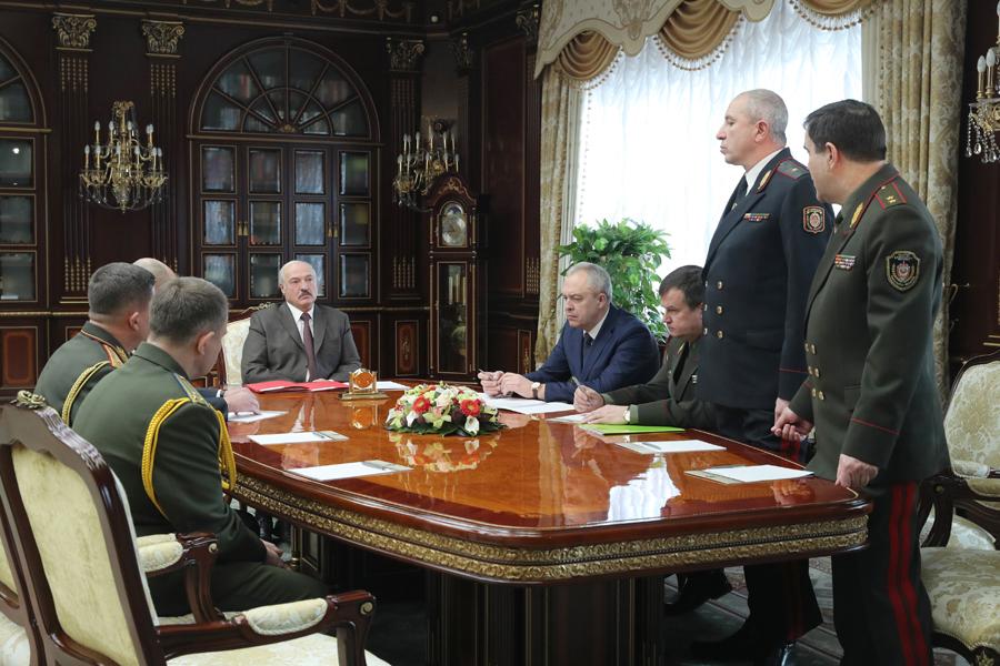 Передать оружие! Лукашенко обезумел — только что. Диктатор — все, министры в шоке — снесли всех