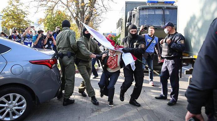 Срочно! Силовики уже там — людей окружили, сотни «упаковали» в автозаки. Беларусь трясет — «Позор!»