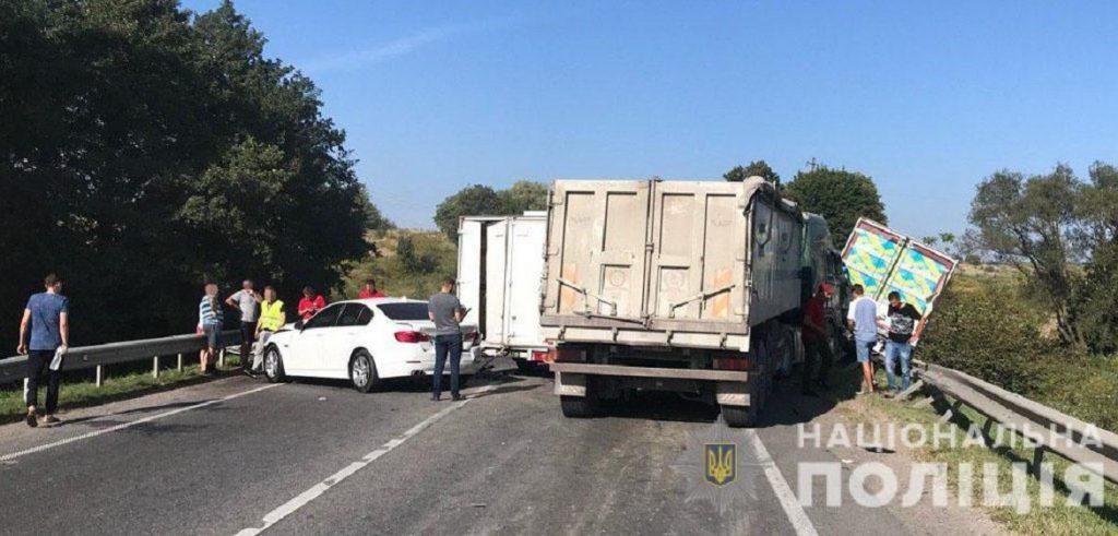 Масштабное ДТП всколыхнуло всю страну. Сразу 6 автомобилей были повреждены: обломки по всей дороге.