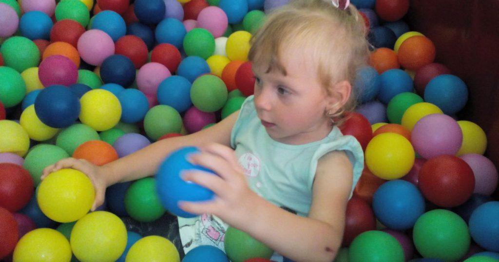 Дианка мечтает стать на ноги и бегать по детской площадке. Помогите ребенку!