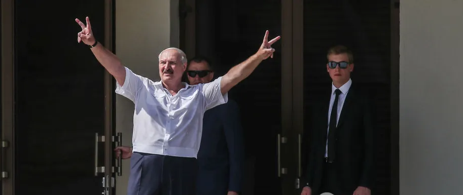 Поздно вечером! Лукашенко всколыхнул страну громким заявлением — «не агрессор». Белорусы потрясены: «пришла беда»