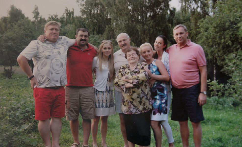 Предал! Сын уволился – Лукашенко застыл, прямо за спиной. Отказались все – он побежал