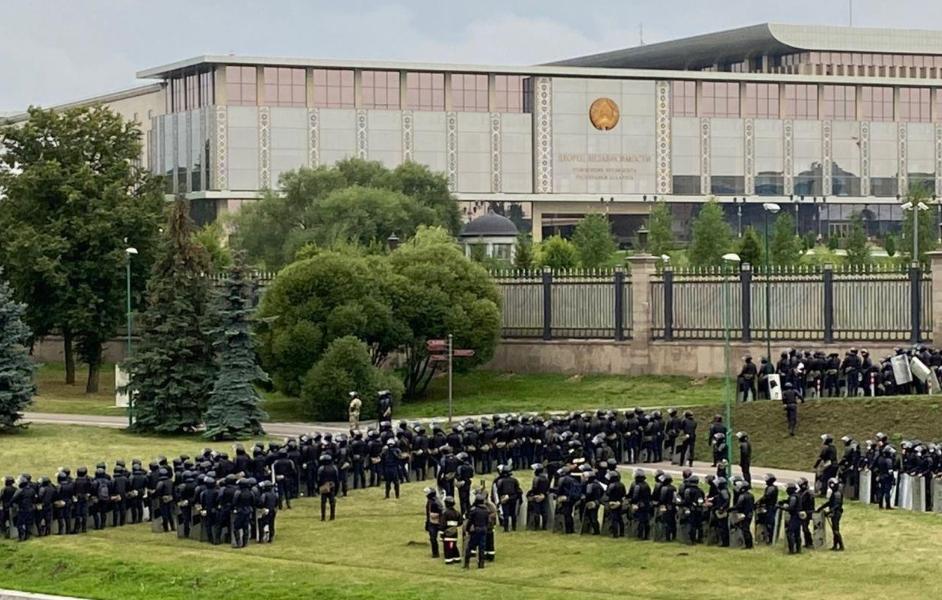 """Резиденцию окружили! """"Штурм"""", ОМОНОвцы сдаються. Лукашенко в панике, уже началось. Спецназ с людьми!"""