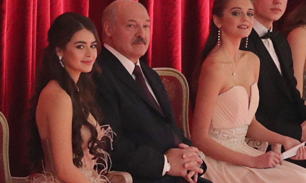 Только что! Спутница Лукашенко сделала шокирующее, ушла от него: Все уже кончено, задела за живое