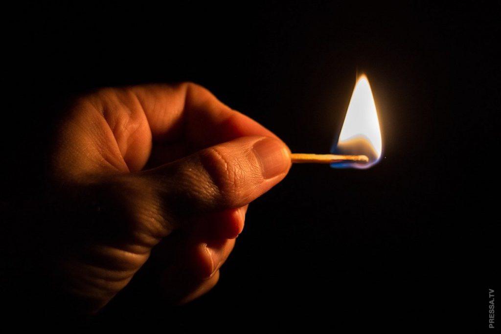 «Облился бензином и поджег»! Шокирующий поступок всколыхнул страну — это самосожжения. Такой еще молодой