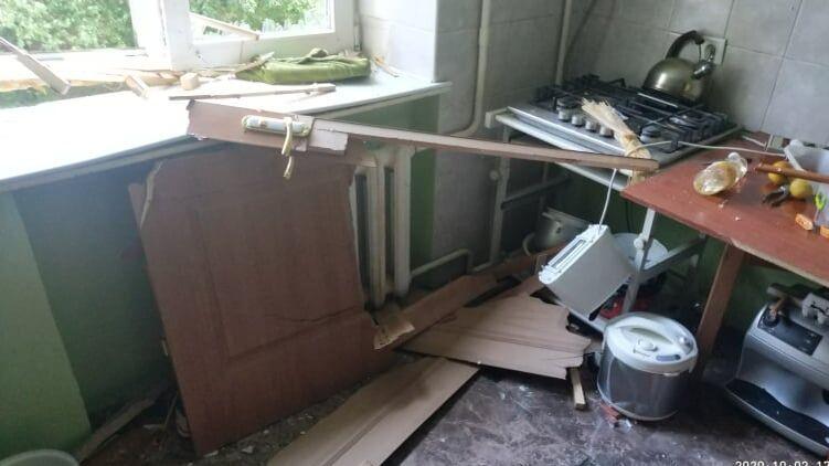 К вечеру! В жилом доме прогремел мощный взрыв — разбитые окна и снесены двери. Есть пострадавшие