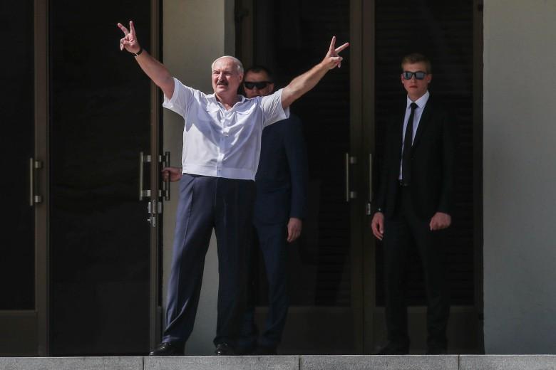 Лукашенко стал заложником — в Беларуси происходит немыслимое. Окружение «бежит» — готовят подставу