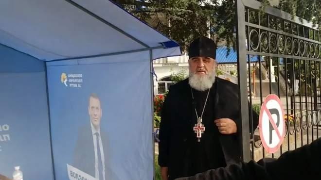 Громкий скандал всколыхнул страну! Прямо перед храмом — шокирующий поступок священника. «Партия войны»