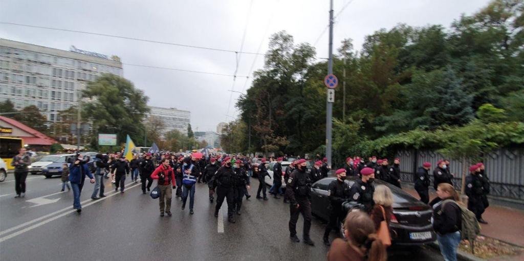 Просто в центре Киева! Масштабные столкновения — они заблокировали улицу. Полицейские среагировали мгновенно