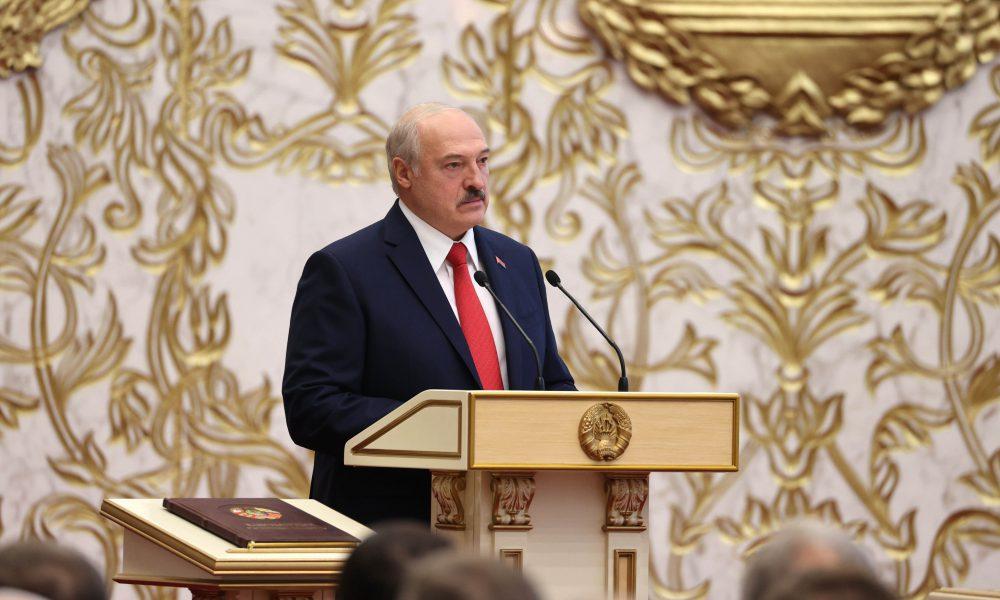 В эти минуты – Лукашенко подкосило. Не стало, убрали его – картбланш. Силовики окружили, сдался!