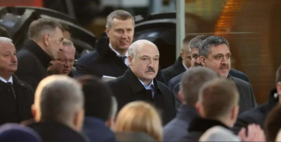 В эти минуты! Лукашенко в холодном поту – анафема. Диктатора отлучили – места нет, не пустили!
