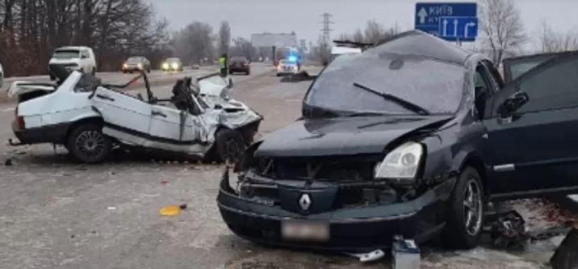 Вылетел на встречную полосу! Жуткая авария — обломки авто по всей дороге. Жертвы — члены одной семьи