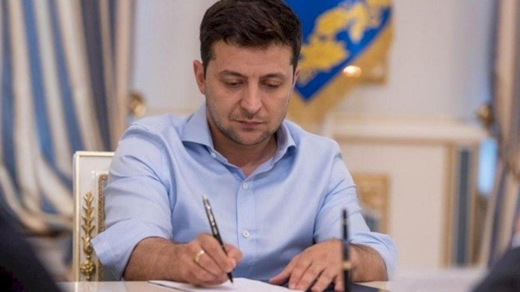 В эти минуты! Зеленский подписал важнейший закон. Украинцы поражены: это все меняет — браво!