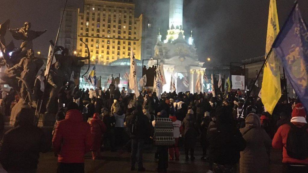В эти минуты! Полиция пробилась к ним — начали сносить! Страна замерла, новые столкновения: «слышны взрывы и виден дым»