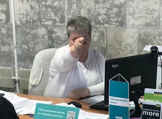 «Настоящее лицо украинского чиновничества»: Сотрудница банка шокировала поведением — унизила пенсионерку. Ужас!