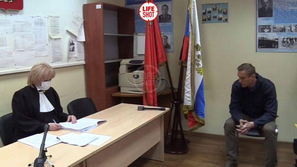 Просто сейчас! Суд над Навальным — просто в отделении полиции. Происходит немыслимое — Безумие!