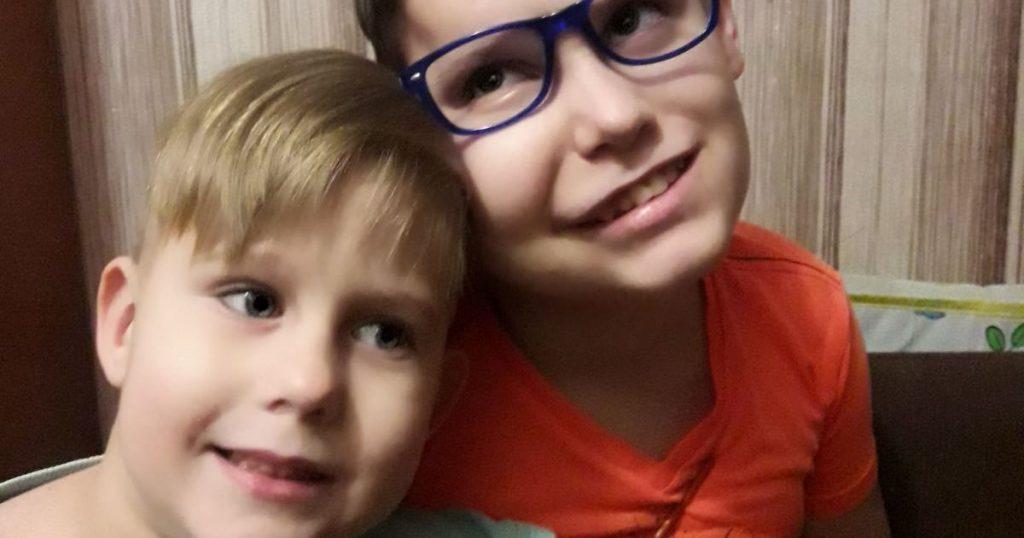 «Дайте шанс встать на ноги!» Помощи в лечении двух сыновей Дамиана и Максима просит мама