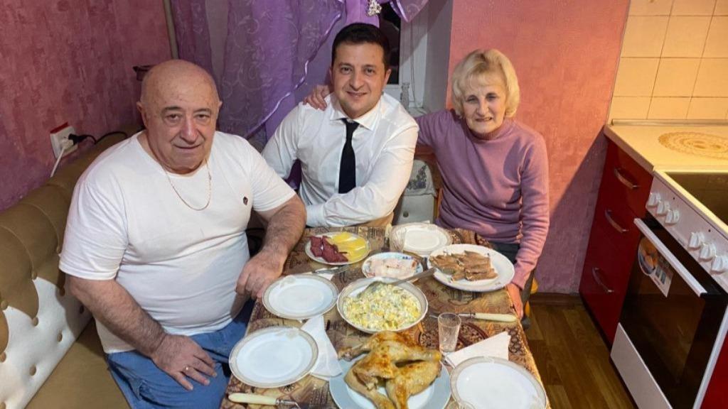 Поздно вечером! Просто в доме — родители Зеленского под угрозой: Президент в ярости — обратился к нему!