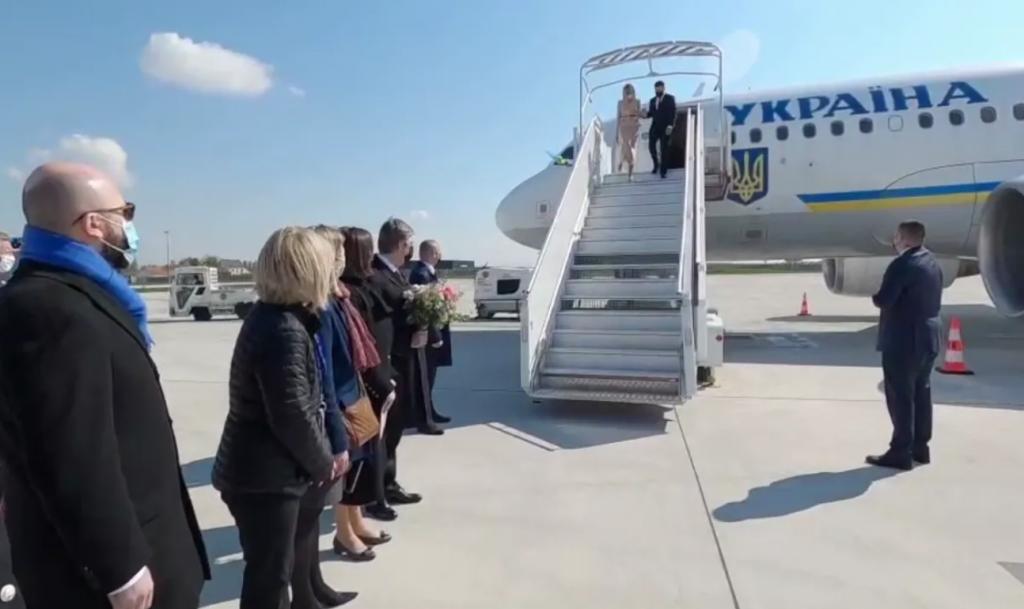 Уже сейчас! Зеленский сошел с самолета — исторический момент. Сверхважная встреча — в эти минуты. За закрытыми дверями!