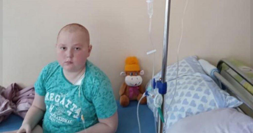 Семья Максима просит помочь им в лечении сына от рака крови