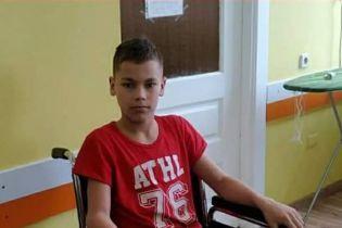Ногу 12-летнего мальчика съедает рак. Андрей требует длительного лечения для борьбы с онкологией