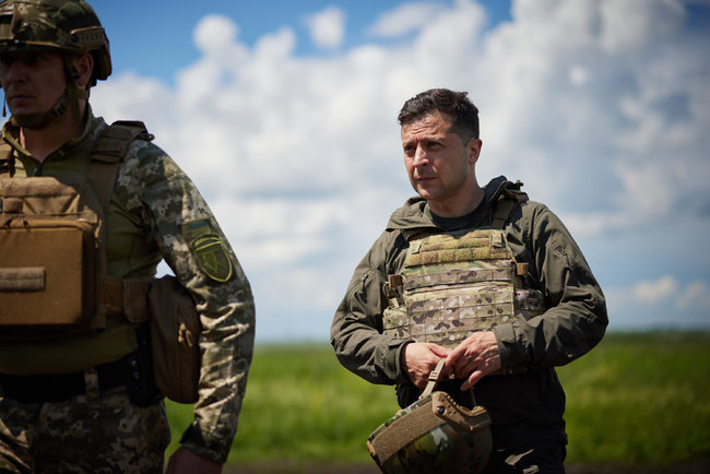 «На таких патриотах держится оборона». Путь в НАТО — Зеленский прибыл на передовую