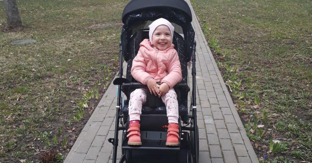 Девочка не сидит, не стоит, не ходит: мама Юли просит помочь собрать средства на реабилитацию дочери