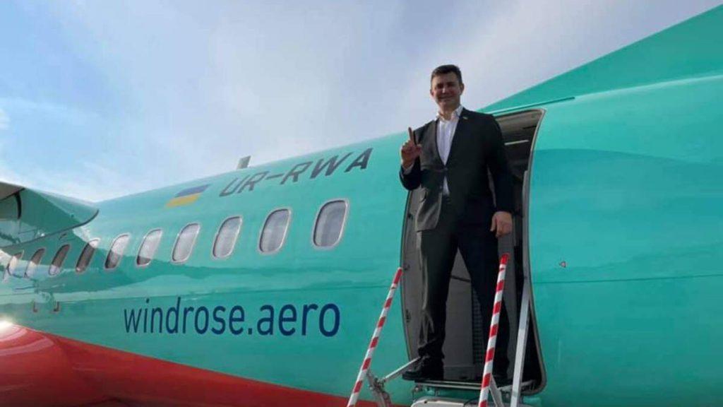 «Передаю привет всем журналистам страны»: Тищенко о «задержке самолета». Украинцы возмущены — клоун!