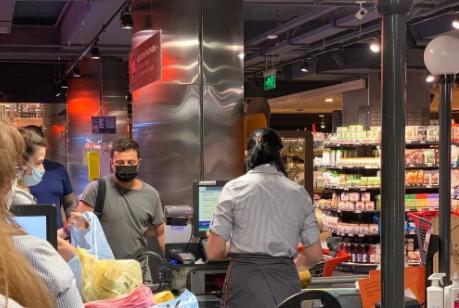 Несколько минут назад! Зеленского заметили в одном из супермаркетов! Не как президент, а как обычный гражданин. С соблюдением карантинных норм-покупал продукты
